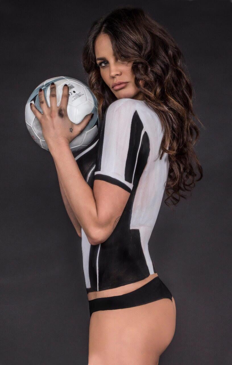 "Mẫu ""bốc lửa"" chụp nude để chia buồn Juventus thua Real - 1"