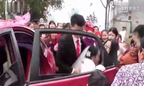 """Chú rể đẩy cô dâu ngã """"sấp mặt"""" ngay trong lễ cưới - 1"""