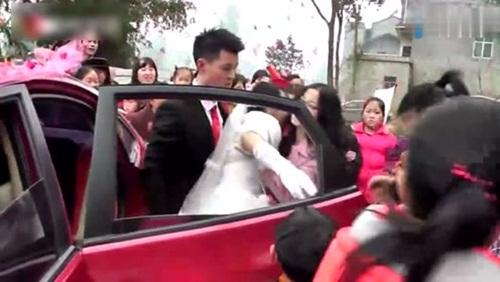 """Chú rể đẩy cô dâu ngã """"sấp mặt"""" ngay trong lễ cưới - 2"""