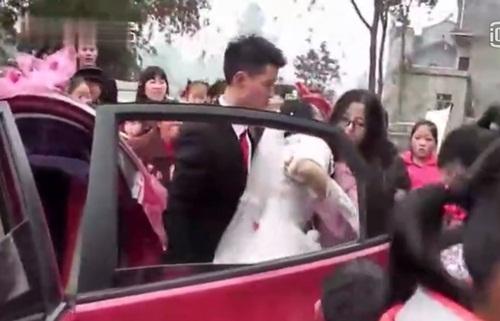 """Chú rể đẩy cô dâu ngã """"sấp mặt"""" ngay trong lễ cưới - 3"""