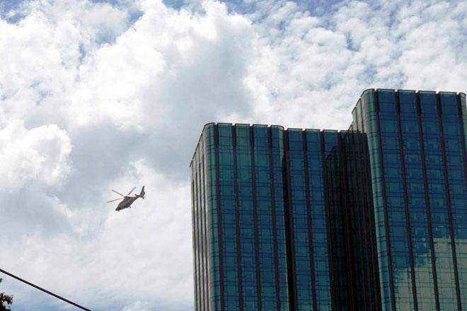 Người dân ngỡ ngàng thấy trực thăng xuất hiện trên nóc nhà ở SG - 4