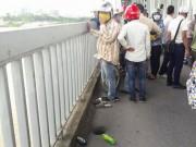 Nam thanh niên uống thuốc lạ rồi nhảy xuống sông Hồng