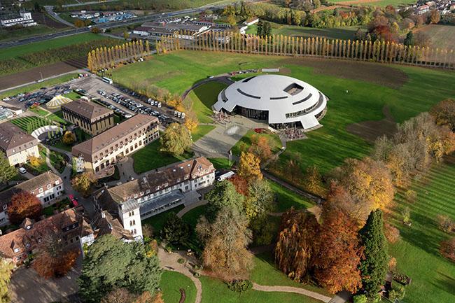 Học viện Le Rosey được coi là trường học cho tầng lớp vua chúa và con cái của người nổi tiếng trên khắp thế giới.