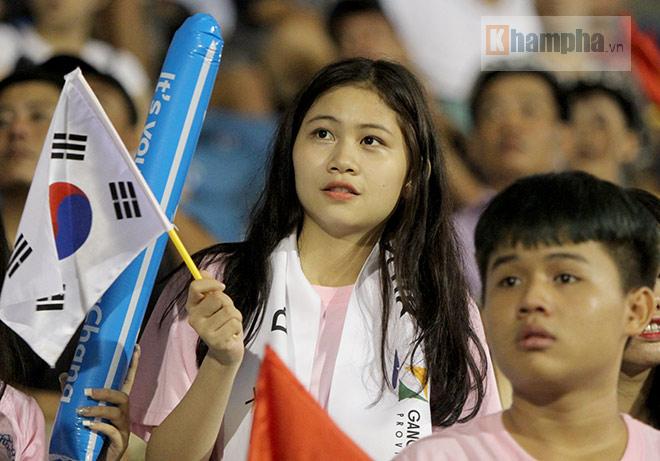 Người đẹp Việt – Hàn đọ sắc cổ vũ cho Xuân Trường - 11