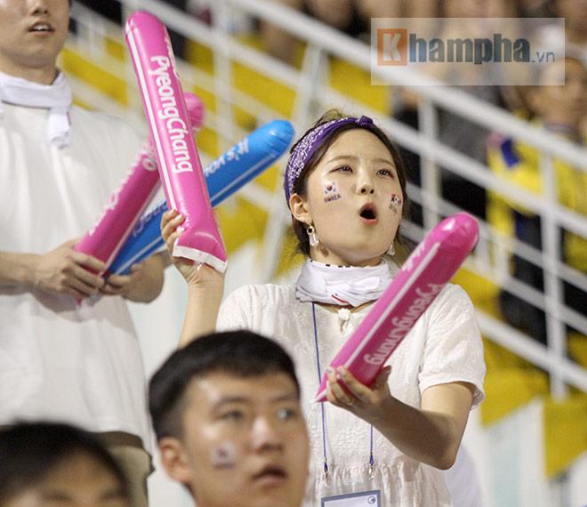 Người đẹp Việt – Hàn đọ sắc cổ vũ cho Xuân Trường - 12