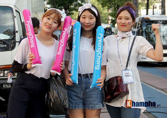 Người đẹp Việt – Hàn đọ sắc cổ vũ cho Xuân Trường - 2