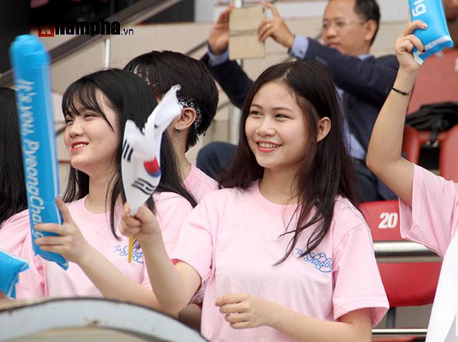 Người đẹp Việt – Hàn đọ sắc cổ vũ cho Xuân Trường - 4