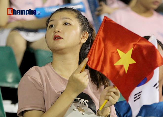 Người đẹp Việt – Hàn đọ sắc cổ vũ cho Xuân Trường - 7