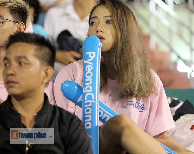 Người đẹp Việt – Hàn đọ sắc cổ vũ cho Xuân Trường - 8