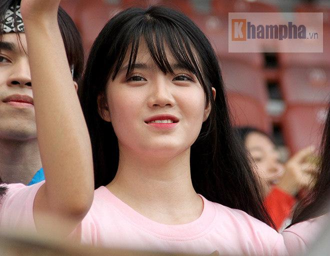 Người đẹp Việt – Hàn đọ sắc cổ vũ cho Xuân Trường - 10