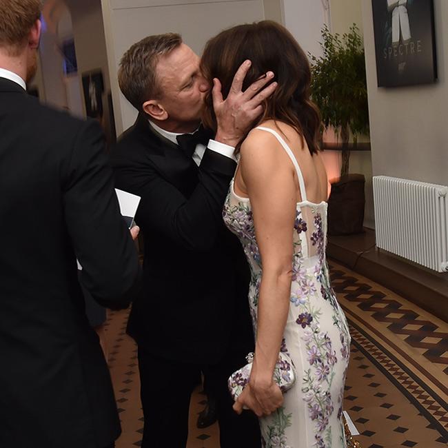 """Đã hiểu vì sao 007 không thể rời """"bà mẹ một con"""" nửa bước! - 2"""