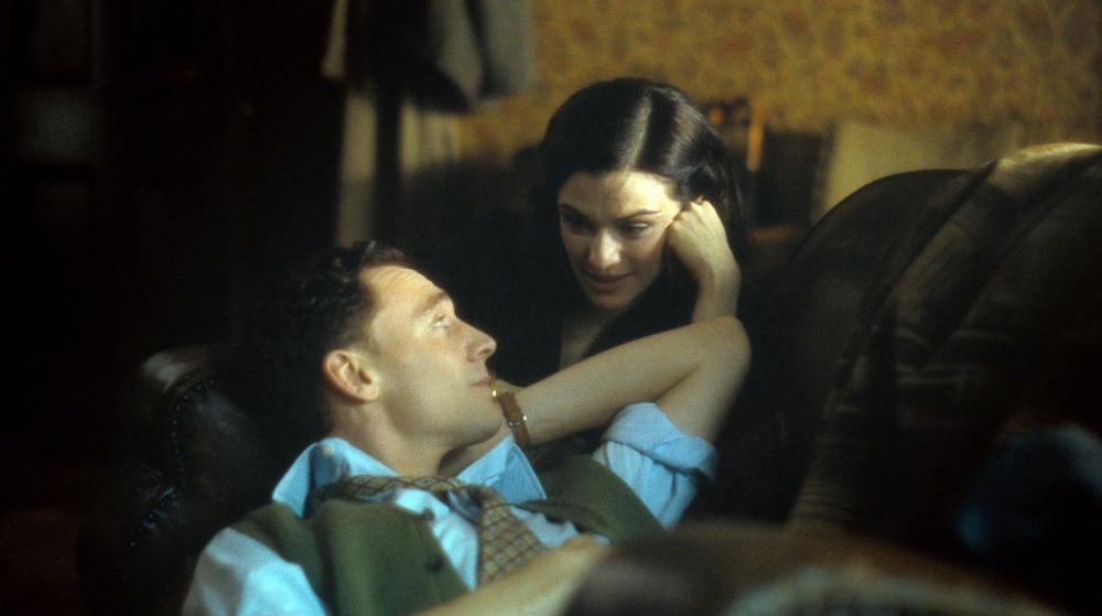 """Đã hiểu vì sao 007 không thể rời """"bà mẹ một con"""" nửa bước! - 6"""