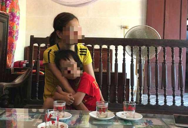 Vụ chồng xích cổ vợ ở Thái Bình: Người con trai bị bố bóp rạn xương tay - 1