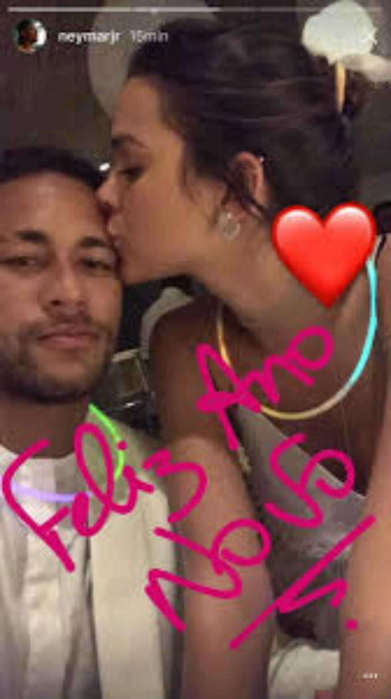 """Bị Messi """"bỏ rơi"""", Neymar """"đuổi bắt"""" với hot girl xinh như mộng - 4"""