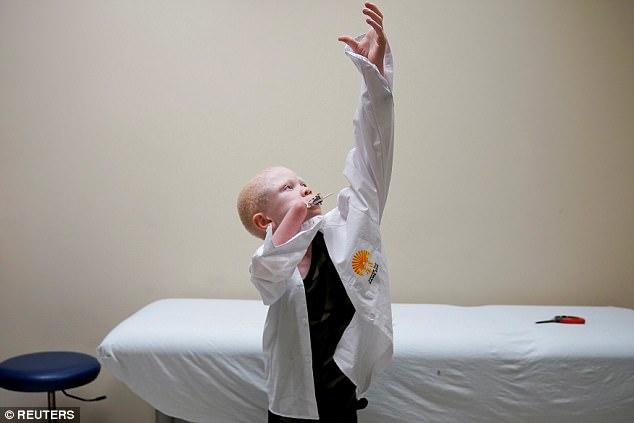 Trẻ em bạch tạng bị chặt tay ở Tanzania được đưa tới Mỹ - 2