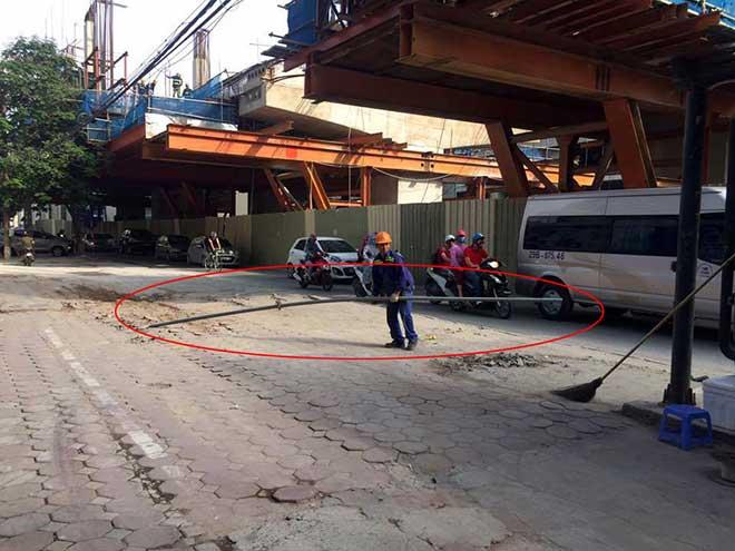 HN: Hoảng hốt vì thanh sắt rơi từ công trình đường sắt trên cao - 2