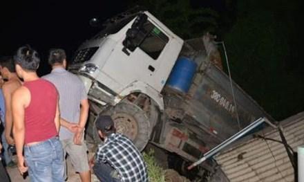 Xe tải 40 tấn treo lơ lửng trên đầu nhà dân - 1