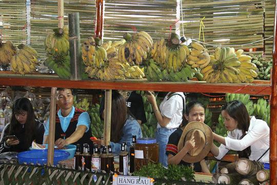 Bán được củ sâm giá 120 triệu đồng tại lễ hội sâm Ngọc Linh - 17