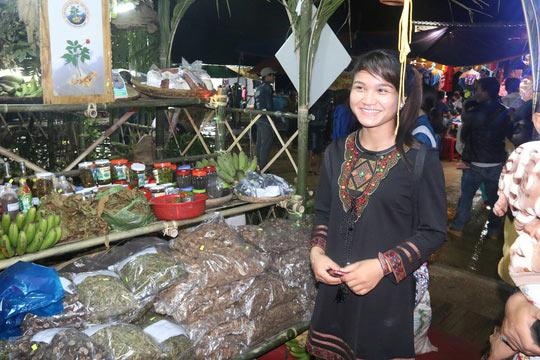 Bán được củ sâm giá 120 triệu đồng tại lễ hội sâm Ngọc Linh - 18