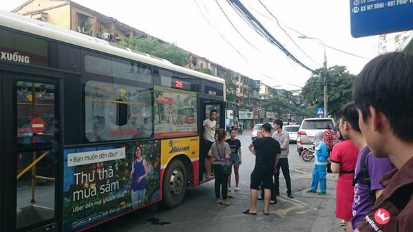 Giận người yêu ném vỡ kính xe buýt, một hành khách vỡ đầu - 1
