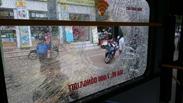 Giận người yêu ném vỡ kính xe buýt, một hành khách vỡ đầu - 2