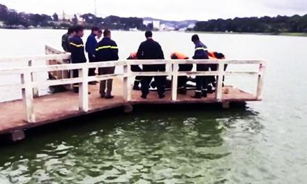 Hoảng hồn phát hiện xác chết trên hồ Xuân Hương - 1