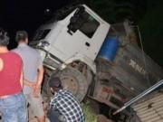 Tin tức trong ngày - Xe tải 40 tấn treo lơ lửng trên đầu nhà dân
