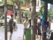 An ninh Xã hội - Hai nhóm thanh niên cầm hung khí, lao vào ẩu đả giữa phố HN