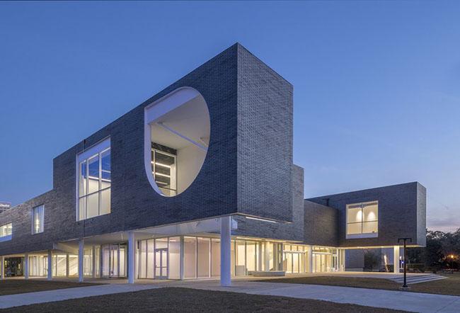 1. Trung tâm Nghệ thuật Moody, Đại học Rice có tổng trị giá lên tới 30 triệu đô la. Được thiết kế với kiến trúc gạch ngói 2 lớp vô cùng ấn tượng, đây là tác phẩm của kiến trúc sư Michael Maltzan.