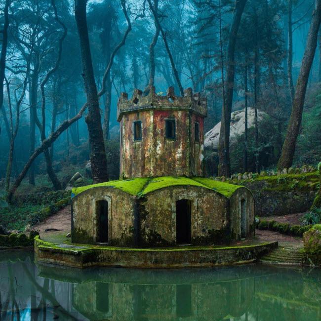 Phế tích của một lâu đài cổ ở Sintra, Bồ Đào Nha.