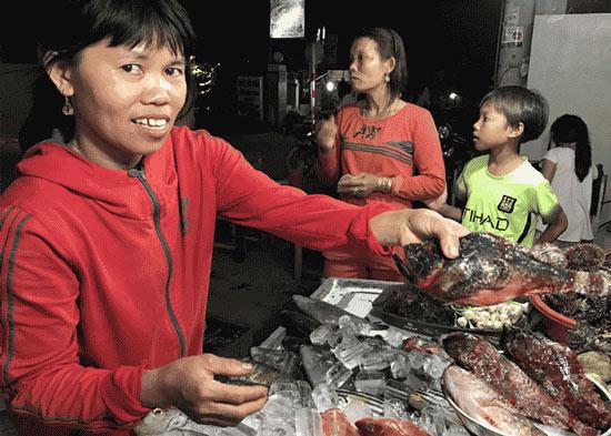 """Săn cá """"nhìn phát ghê, ăn lại mê"""": Chỉ ngư dân lành nghề mới dám - 2"""