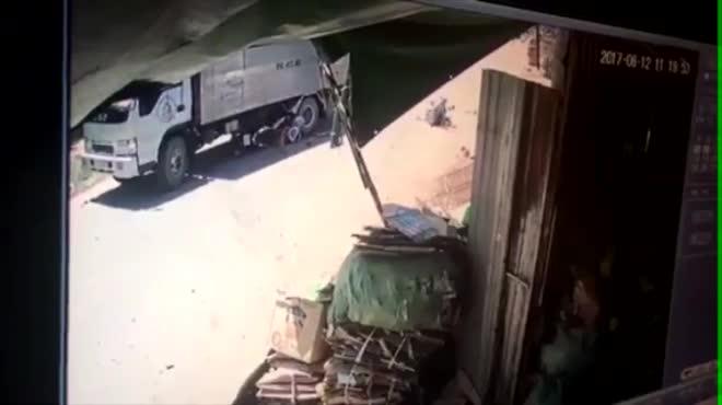Clip: Đôi vợ chồng bay khỏi xe máy sau cú tông cực mạnh vào xe tải