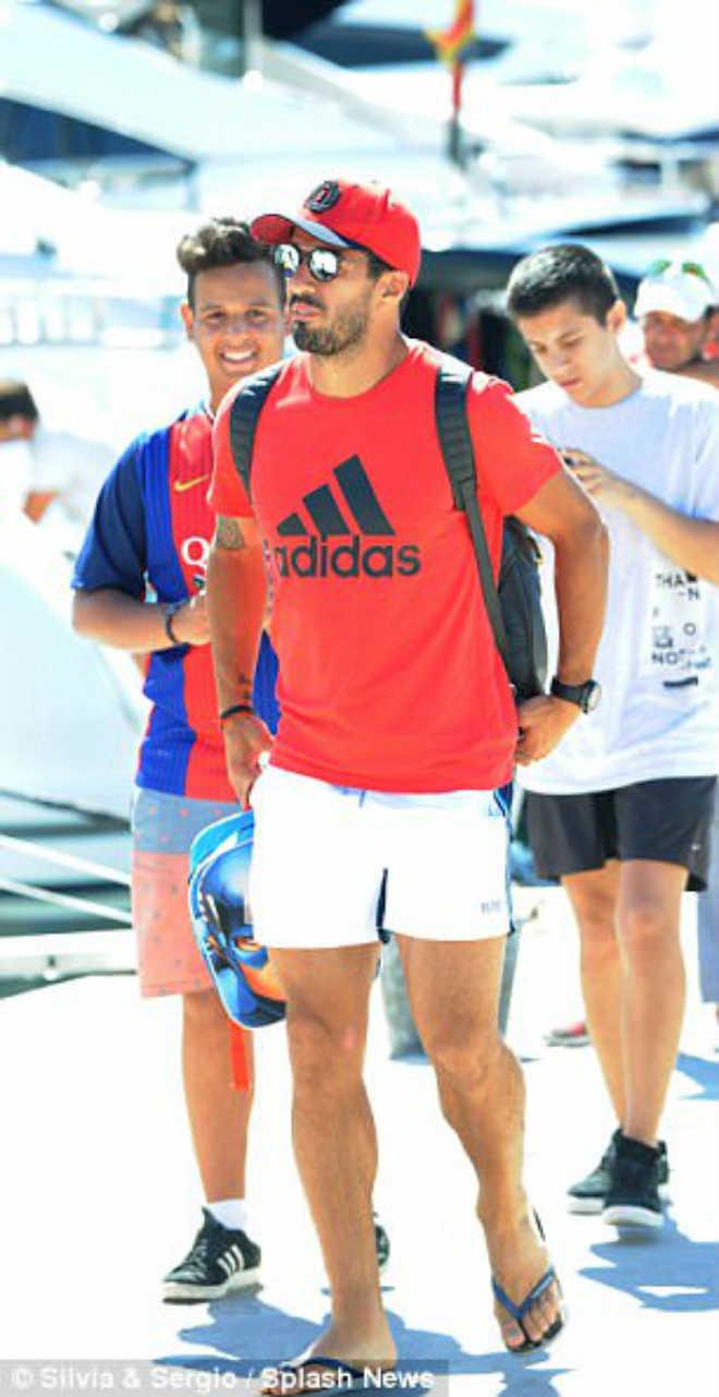 """Messi """"bù khú"""" cùng Suarez - Fabregas, đội WAG khoe vẻ quyến rũ - 4"""