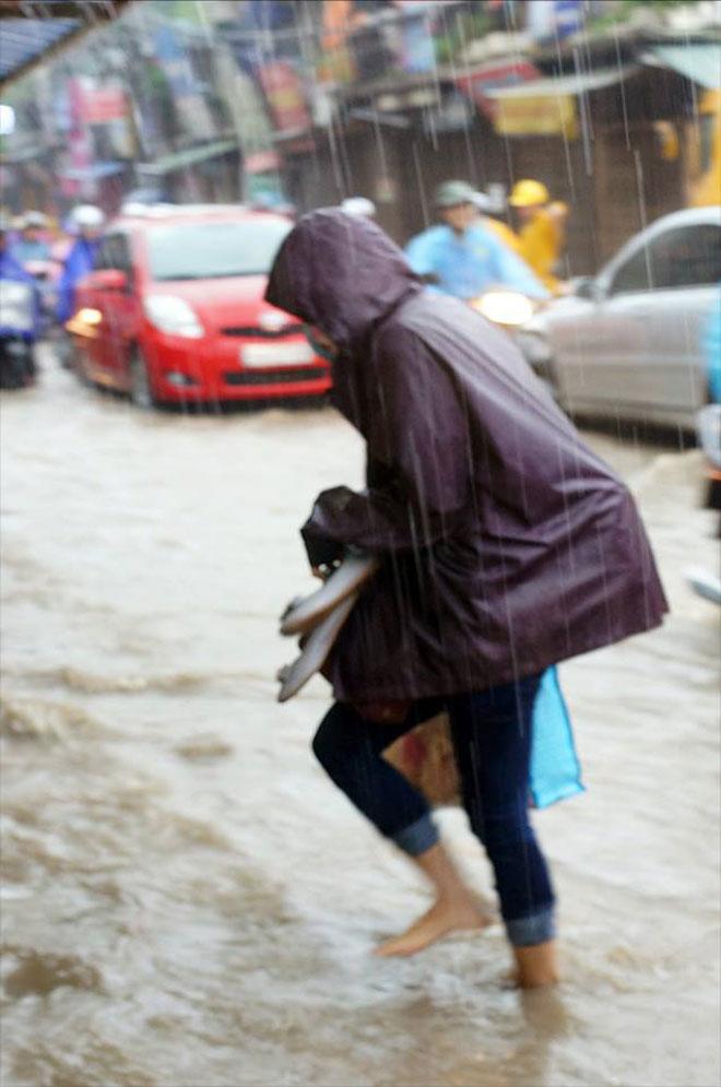 Hà Nội mưa lớn, sấm sét vang trời, người đi đường hoảng sợ - 4