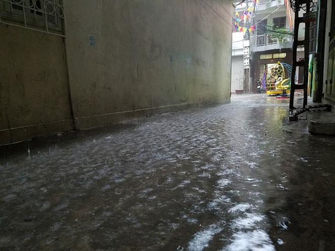 Hà Nội mưa lớn, sấm sét vang trời, người đi đường hoảng sợ - 9
