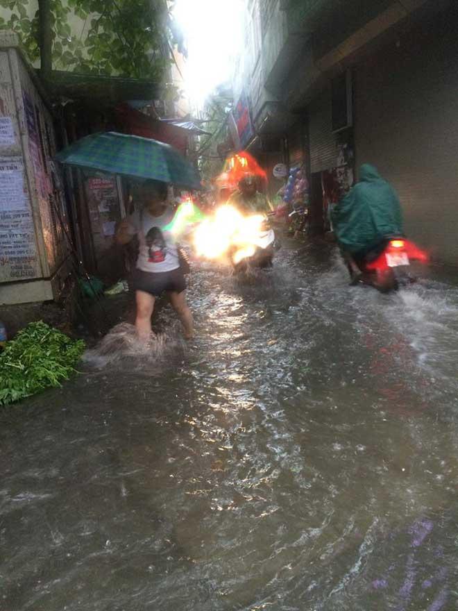Hà Nội mưa lớn, sấm sét vang trời, người đi đường hoảng sợ - 5