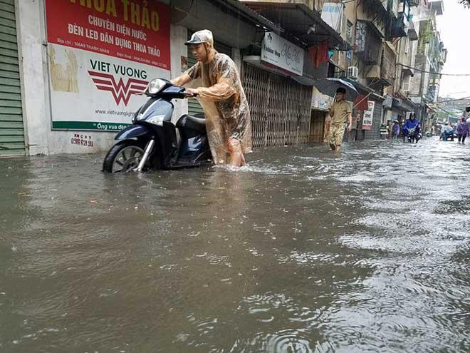 Hà Nội mưa lớn, sấm sét vang trời, người đi đường hoảng sợ - 10