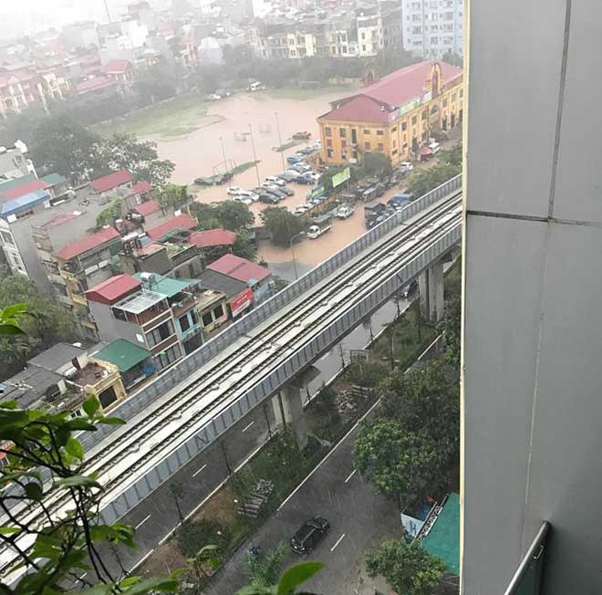 Hà Nội mưa lớn, sấm sét vang trời, người đi đường hoảng sợ - 3
