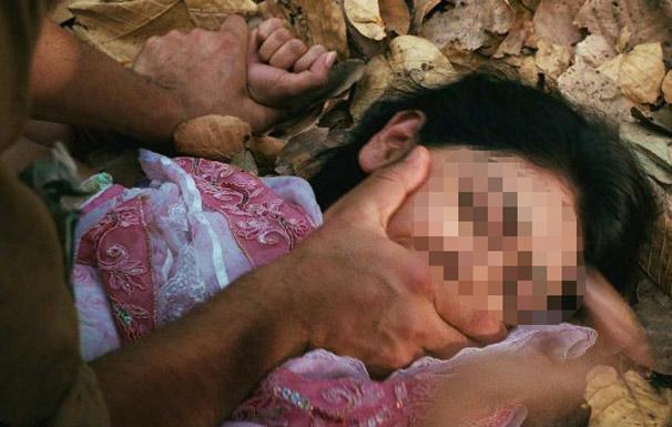 Bị hiếp dâm khi đang chở con gái 3 tuổi đi trên đường - 1