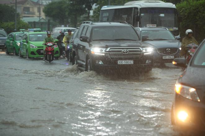 Hà Nội mưa lớn, sấm sét vang trời, người đi đường hoảng sợ - 1