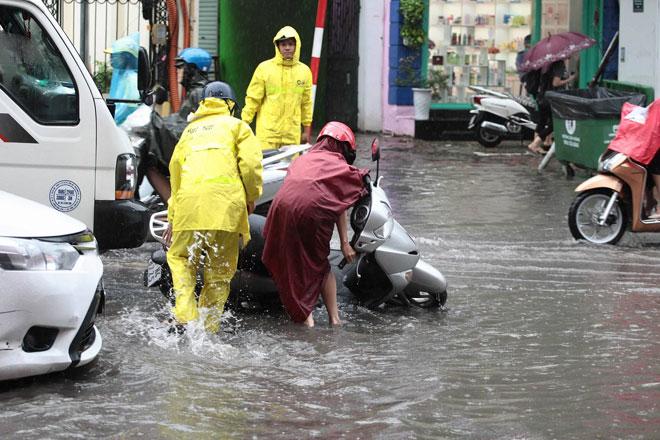 Hà Nội mưa lớn, sấm sét vang trời, người đi đường hoảng sợ - 6