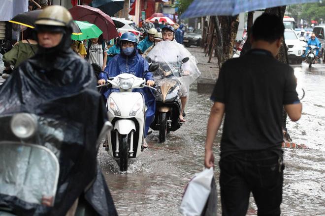 Hà Nội mưa lớn, sấm sét vang trời, người đi đường hoảng sợ - 7