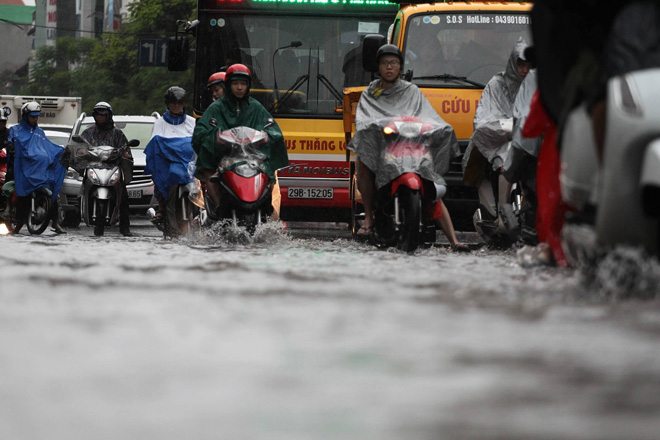 Hà Nội mưa lớn, sấm sét vang trời, người đi đường hoảng sợ - 8