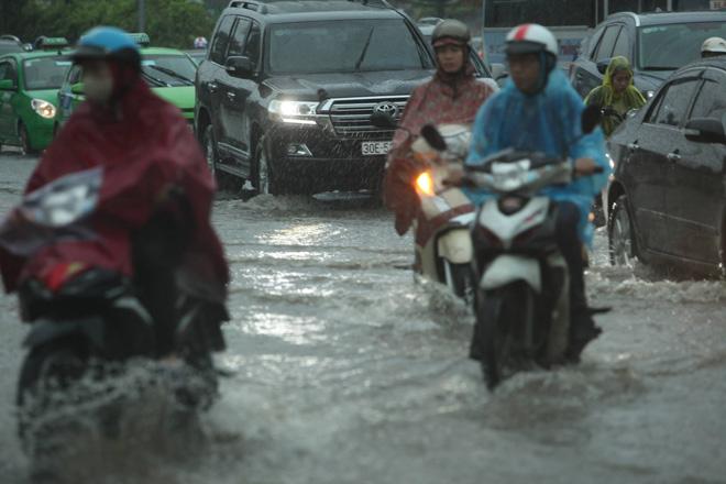 Hà Nội mưa lớn, sấm sét vang trời, người đi đường hoảng sợ - 2