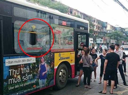 Tin mới vụ cầm gạch ném người yêu làm xe buýt vỡ kính - 1