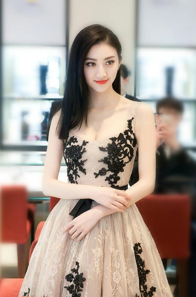 """Cảnh Điềm là diễn viên trẻ được ưu ái nhất làng giải trí Trung Quốc hiện nay. Dù diễn xuất chưa chắc tay song cô vẫn nhận được nhiều dự án phim ảnh lớn như  """" Đại Đường vinh diệu """"  , """" Kong: Skull Island """""""