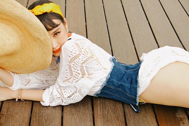 Cô nàng mặc theo phong cách retro cổ điển, trang điểm cuốn hút.