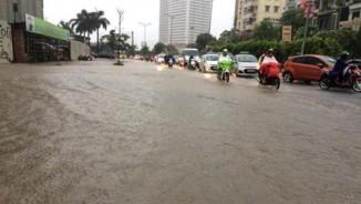 Hà Nội mưa lớn, sấm sét vang trời, người đi đường hoảng sợ