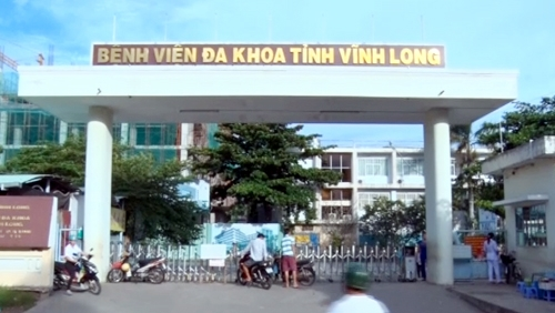Thanh niên trốn trại vác 4 con dao vào bệnh viện làm loạn - 1
