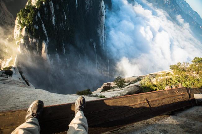 Tuyến đường đi bộ trên núi, Trung Quốc: Lối đi bộ nguy hiểm nhất trên núi nằm trên núi Hoa Sơn gần thành phố Tây An, tỉnh Thiểm Tây, Trung Quốc. Nó được xây dựng bằng những tấm ván hẹp trên vách núi dựng đứng và không hề có hàng rào chắn.